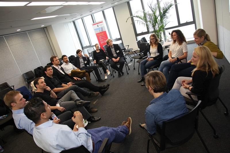 Aktiver Erfahrungsaustausch: S&P-Alumni diskutieren bei der Veranstaltung zum 20-jährigen Bestehen des Programms