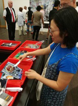 Ruixuan probiert sich am interaktiven Teil der Ausstellung