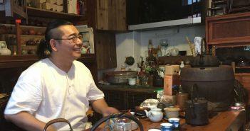 Teemeister in seinem Laden
