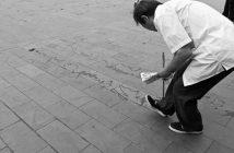 Mann schreibt Wasserkalligraphie